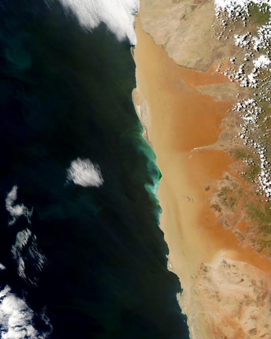 Pobřeží Namibie. Credit: NASA Image courtesy Jeff Schmaltz, LANCE/EOSDIS MODIS Rapid Response Team at NASA GSFC.