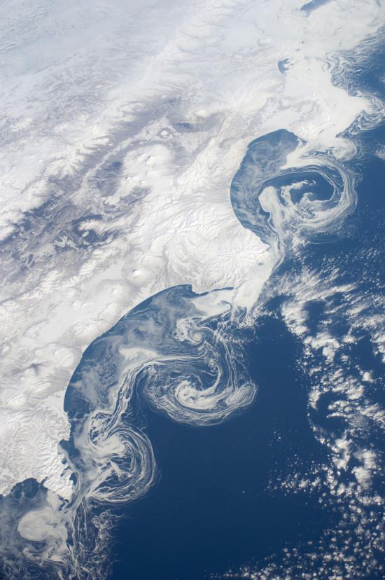 Poloostrov Kamčatka a ledové kry z paluby Mezinárodní kosmické stanice. Credit: NASA