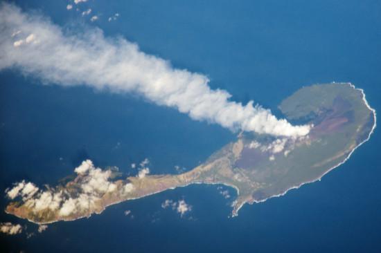 Erupce sopky na ostrově Pagan na snímku z ISS z 15. března. Credit: NASA