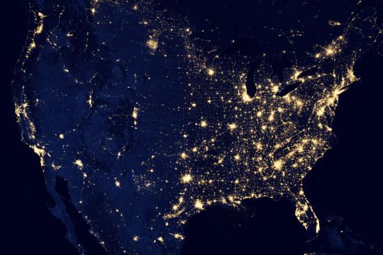 Noční život v USA z družice Suomi NPP. Je patrné, že to žije hlavně na východě a v Kalifornii. Credit: NASA
