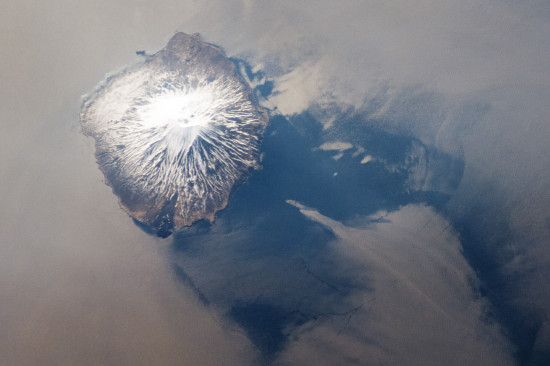 Sopka Alaid na Atlasovově ostrovu v Kurilském souostroví (Rusko) z ISS. Credit: NASA