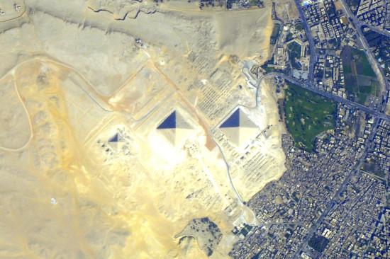 Pyramidy v Gize z ISS. Credit: NASA