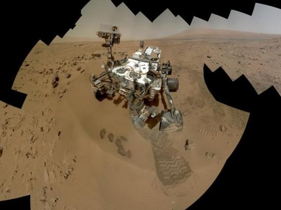 """A ještě autoportrét. V plném rozlišení si ho můžete stáhnout na webu <a href=""""http://www.nasa.gov/images/content/713264main_pia16457-full_full.jpg"""">NASA</a>"""