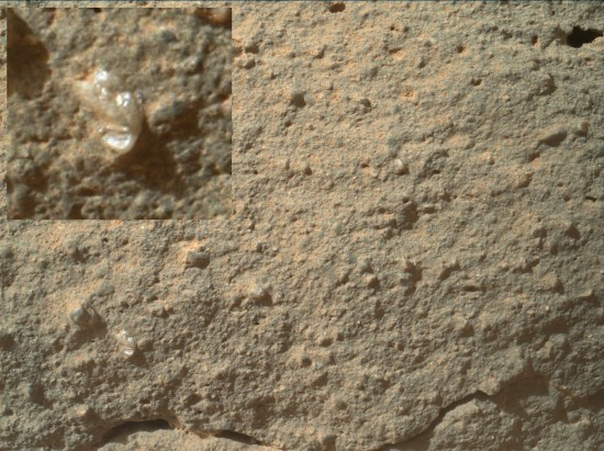 Záhadný objekt na snímku z Curiosity.