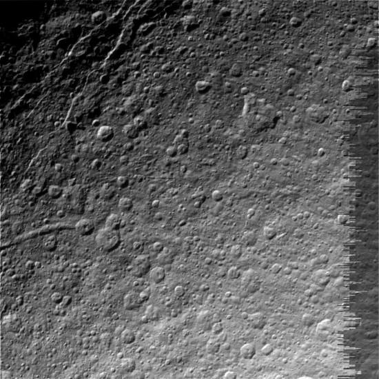 Saturnův měsíc Rhea. Credit: NASA