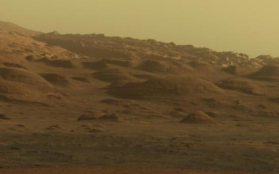 """Nově zveřejněné panoráma hory Mount Sharp z Curiosity. Na obrázku je jen malá část, celou fotografii najdete na <a href=""""http://photojournal.jpl.nasa.gov/jpeg/PIA16769.jpg"""">photojournal.jpl.nasa.gov</a>"""