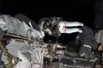 Sobotní výstup do kosmu. Credit:  NASA/CSA/Chris Hadfield.