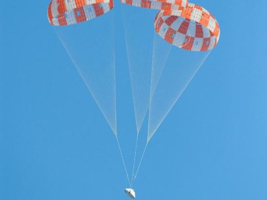Padáky otevřeny. Tak nějak bude v budoucnu vypadat návrat astronautů ze vzdálených končin vesmíru (asteroidy?). Credit: NASA