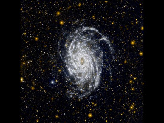 Galaxie NGC 6744 v souhvězdí Páva je od nás vzdálená asi 30 milionů světelných let. Jedná se o jednu z galaxií, která je velmi podobná našemu vlastnímu hvězdnému ostrovu Mléčné dráze nebo raději jen Galaxii s velkým G :) V horním rohu je vidět ještě menší satelitní galaxie NGC 6744A. Credit: NASA
