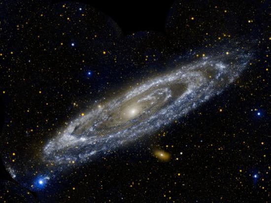 Náš favorit :) Nádherný snímek galaxie, kterou snad ani není nutné představovat. Ale pokud snad ano, jde samozřejmě o galaxii v Andromedě alias M31. Credit: NASA