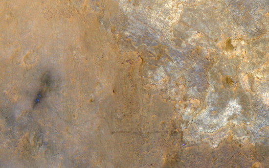 """Snímek z oběžné dráhy ze sondy MRO zachycuje nejen dráhu Curiosity po Marsu ale také samotný rover a místo přistání, které je """"očouzeno"""" od přístávacích motorů. Credit: NASA"""