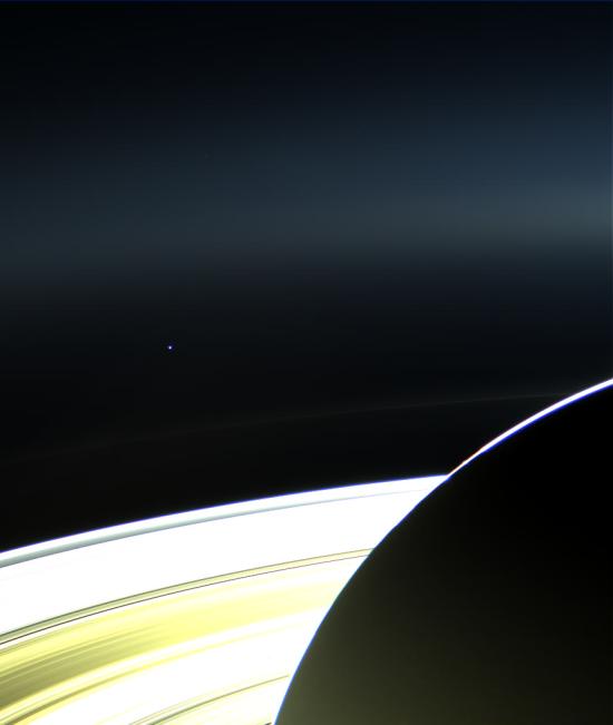 Země a Saturn. Credit: NASA