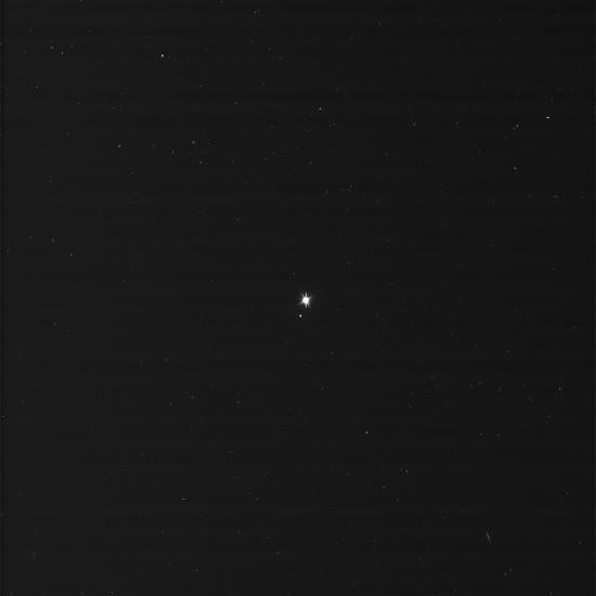 Země a Měsíc ze vzdálenosti 1,4 miliard km na původním snímku. Credit: NASA