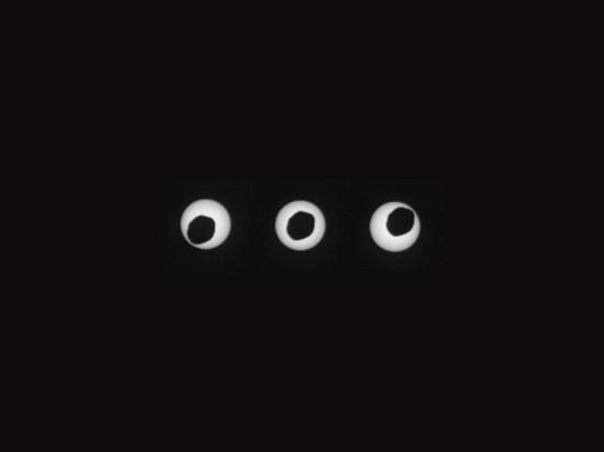 Phobos přechází přes Slunce. Credit: NASA