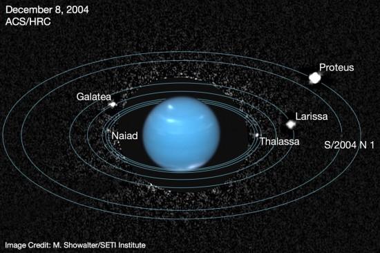 Vnitřní měsíce Neptunu na snímku z Hubblova dalekohledu z roku 2004.