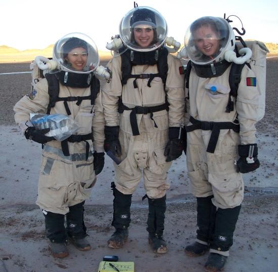 Zdejší posádky jsou vybaveny i skafandry. Simulace musí být co nejvěrohodnější.