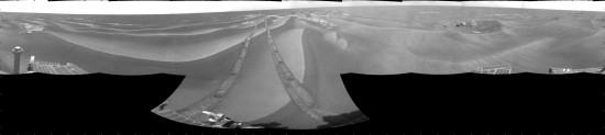 Při pohybu v dunách zanechávají rovery za sebou stopy, které lze pozorovat dokonce i z oběžné dráhy (MRO pořídila několik snímků).