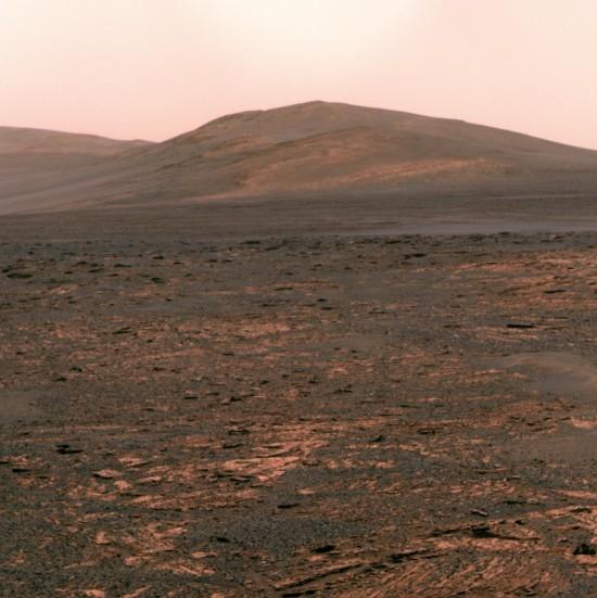 Solander Point (kopec vpředu) na snímku z léta 2013 ve falešných barvách.