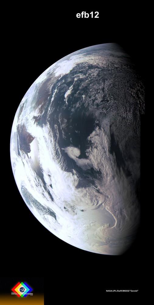 Nádherný snímek Země ze sondy Juno z 9. října 2013.