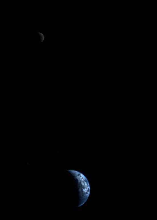 Země a Měsíc očima sondy Voyager 1 dne 18. září 1977 ze vzdálenosti 11,7 milionů kilometrů.