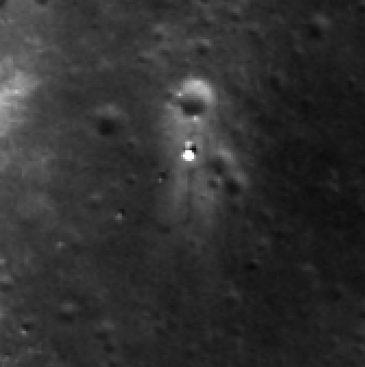 Čchang-e 3 a vozítko Jü-tchu na povrchu Měsíce. Všimněte si stop, které vozítko za sebou zanechalo.