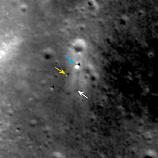 Detail předešlého snímku. Modrá šipka označuje sondu, žlutá rover a bílá stopy v regolitu.