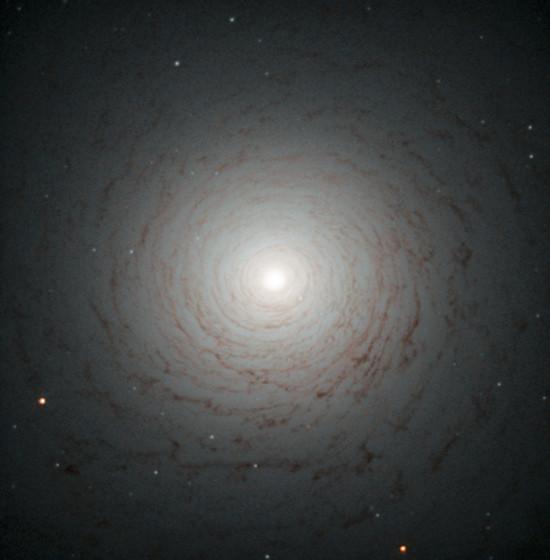 Vesmírný vír, čočkovitá galaxie NGC 524, která se nachází v souhvězdí Ryb ve vzdálenosti 90 světelných let od nás.