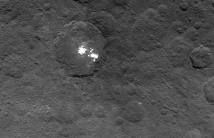 Skvrny na Cereře, foto: NASA