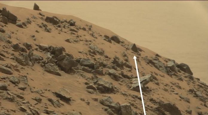 Na Marsu je to sám šutr... a některé mají zajímavé tvary, třeba jako pyramidy. Snímek pořídila Curiosity. Credit: NASA