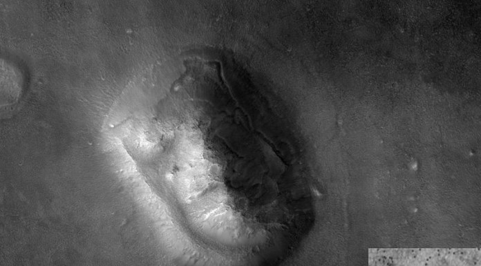 Slavná tvář na Marsu. Poprvé ji zachytil orbitální stupeň sondy Viking 1. Konspirace zcela nerozbily ani novější snímky (ten větší z přístroje HiRISE, menší vpravo z Vikingu) a to včetně těch z bočního pohledu. Tvář si zahrála i v jednom hollywoodském filmu. Credit: Wikipedia, NASA