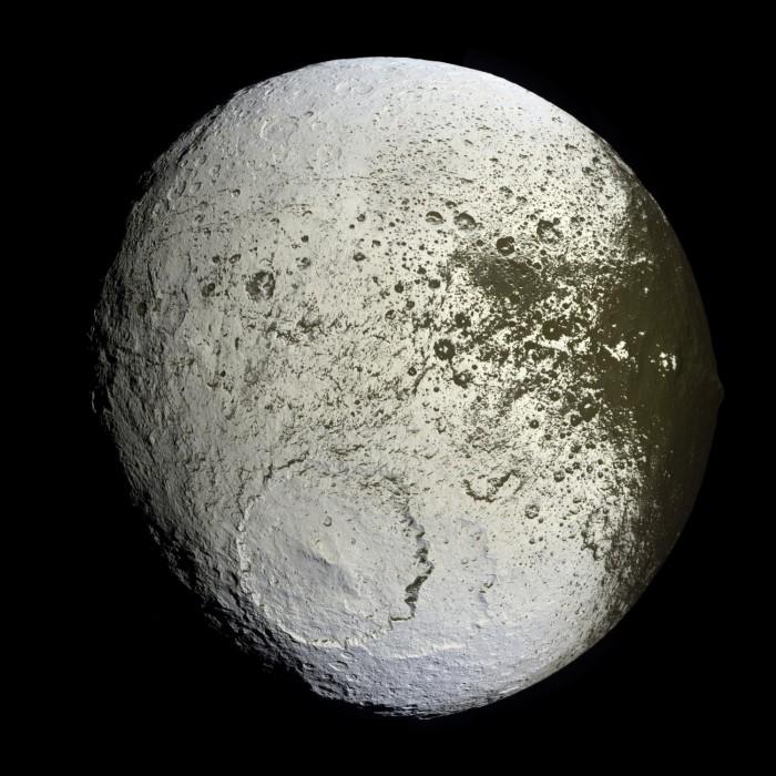 Měsíc Iapetus na snímku ze sondy Cassini. Credit: NASA, JPL
