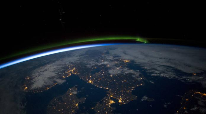 Skandinávie v noci. Na fotografii je vidět polární záře, vpravo dole je Baltské moře