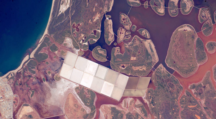 Západní Austrálie. Na snímku jsou vidět velká jezera, která slouží k těžbě soli