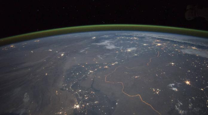 Hranice mezi Indií a Pákistánem v noci, plné rozlišení