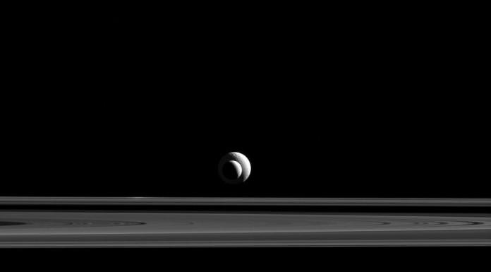 Enceladus, Tethys a prstence Saturnu. Snímek byl pořízen ze vzdálenosti 2,1 milionů km od Enceladu a 2,6 milionů km od Tethys.