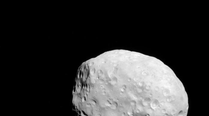 Měsíc Epimetheus má přibližně 116 km. Fotografi byla pořízena ze vzdálenosti asi 35 tisíc km.