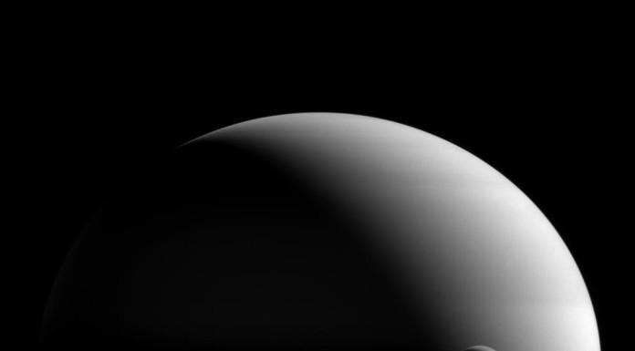 Titan před Saturnem