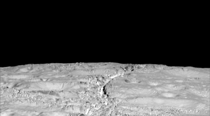 Detailní povrch Enceladu ze vzdálenosti 6000 km. Rozlišení je asi 35 m na pixel.
