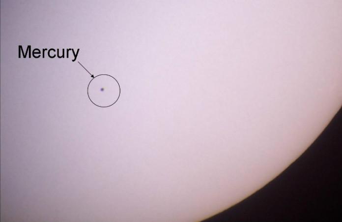 Tranzit Merkuru přes Slunce. Zdroj: EricandHolli, Wikipedia, CC BY-SA 3.0