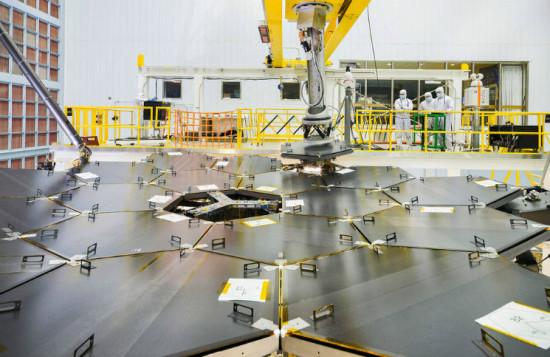 Primární zrcadlo JWST. Credits: NASA/Chris Gunn