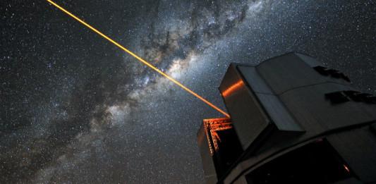Laser na observatoři ESO - slouží ale pro adaptivní optiku (vyrušení vlivu atmosféry) a ne maskování před mimozemšťany. Credit: ESO/G. Hüdepohl