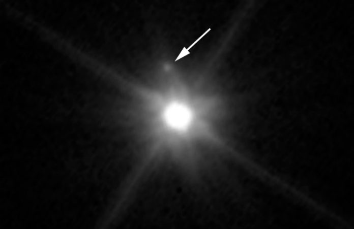 Makemake a její měsíc. Credit: NASA, ESA, A. Parker and M. Buie (Southwest Research Institute), W. Grundy (Lowell Observatory), and K. Noll (NASA GSFC)