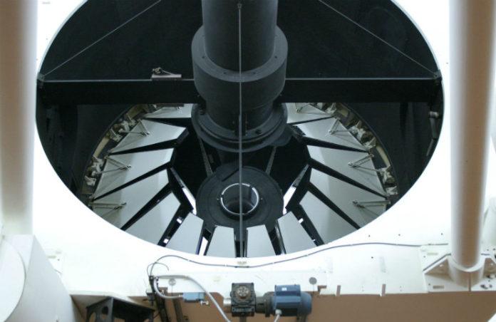 Zrcadlo dalekohledu Isaaca Newtona. Autor: Tim van Werkhoven, CC BY-SA 3.0, Wikipedia