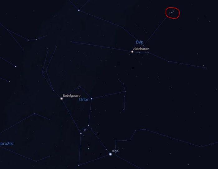 Souhvězdí Orion, Betelgeuze a červeně jsou označeny Plejády v souhvězdí Býka.