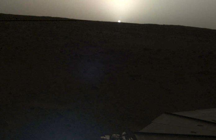 Západ Slunce na Marsu. Credits: NASA/JPL-Caltech